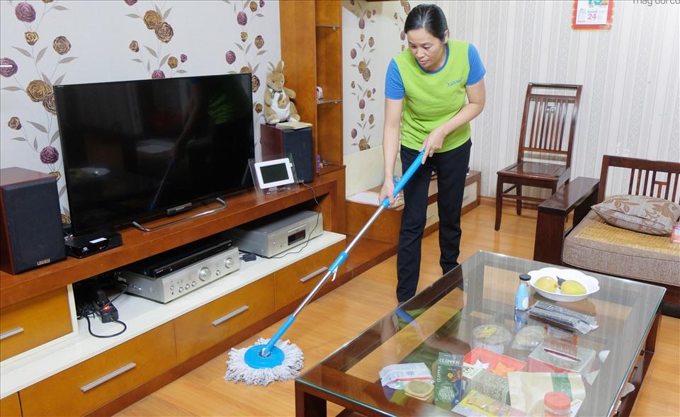 Cận Tết, lao động nhận dọn dẹp nhà xuyên trưa để kiếm thêm thu nhập