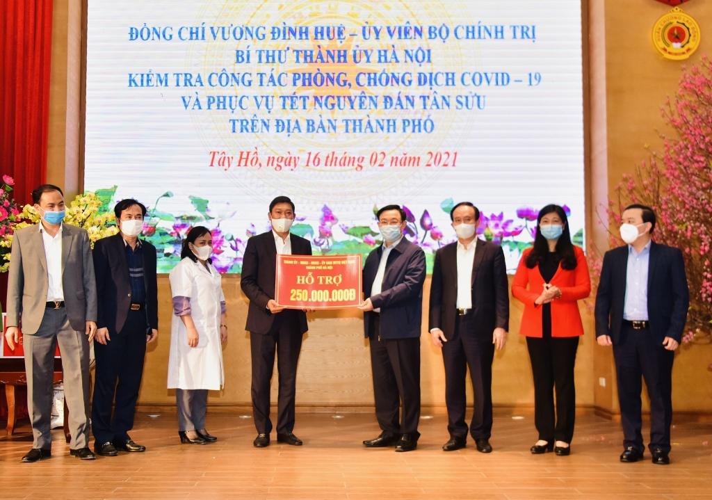 Bí thư Thành ủy Hà Nội Vương Đình Huệ và lãnh đạo thành phố trao quà hỗ trợ cho các lực lượng trong tuyến đầu chống dịch của quận Tây Hồ.