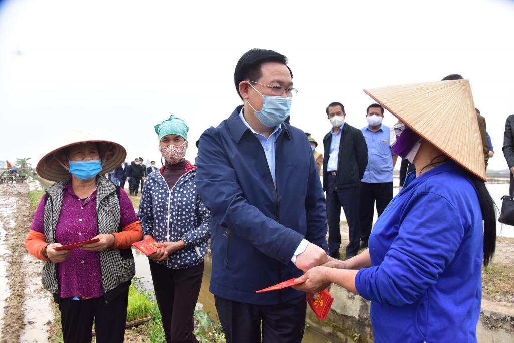 Bí thư Thành ủy Vương Đình Huệ mừng tuổi bà con nông dân