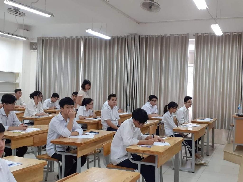 Phụ huynh, học sinh cho rằng, quy định tuyển sinh vào lớp 10 theo hộ khẩu đang làm khó học sinh