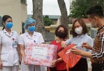 Sẻ chia mùa Covid-19: Những hình ảnh ấm áp trong bệnh viện