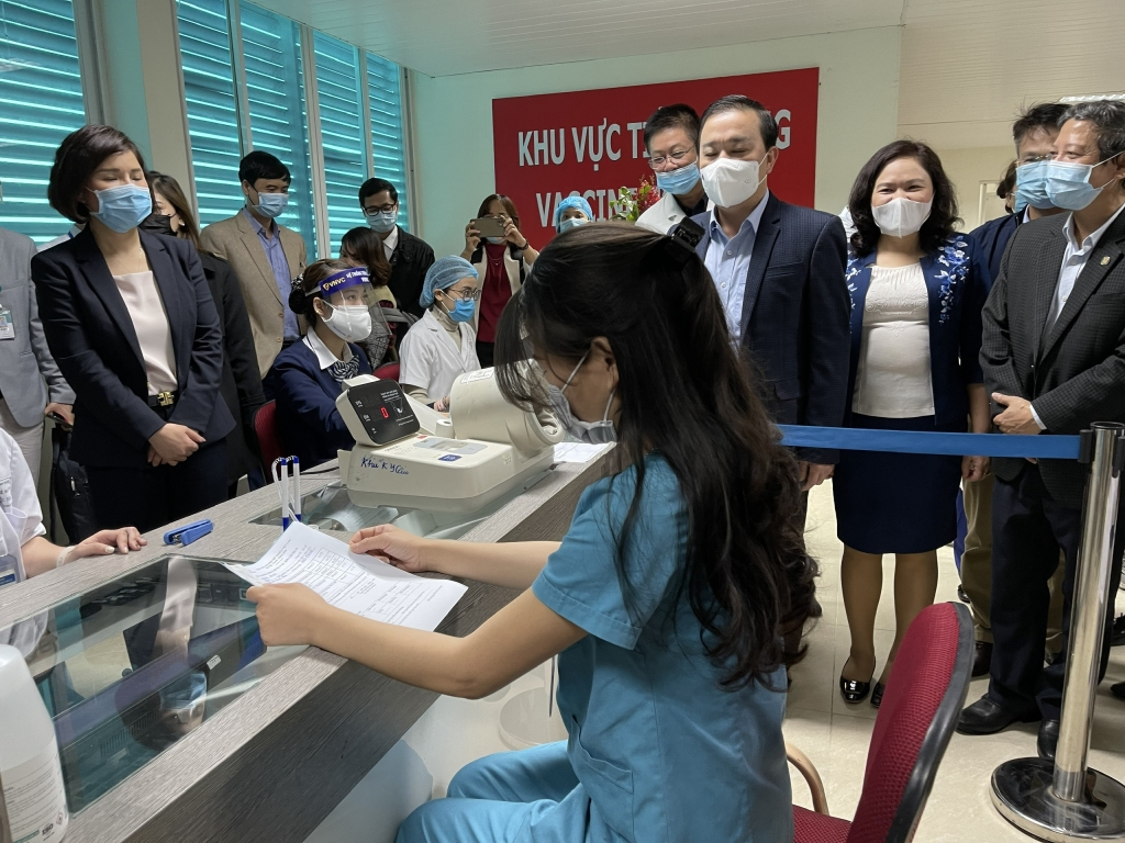 Phó Chủ tịch UBND thành phố Hà Nội Chử Xuân Dũng cùng lãnh đạo Viện Vệ sinh dịch tễ trung ương, lãnh đạo Sở Y tế Hà Nội đã đi kiểm tra tất cả các quy trình tiêm chủng