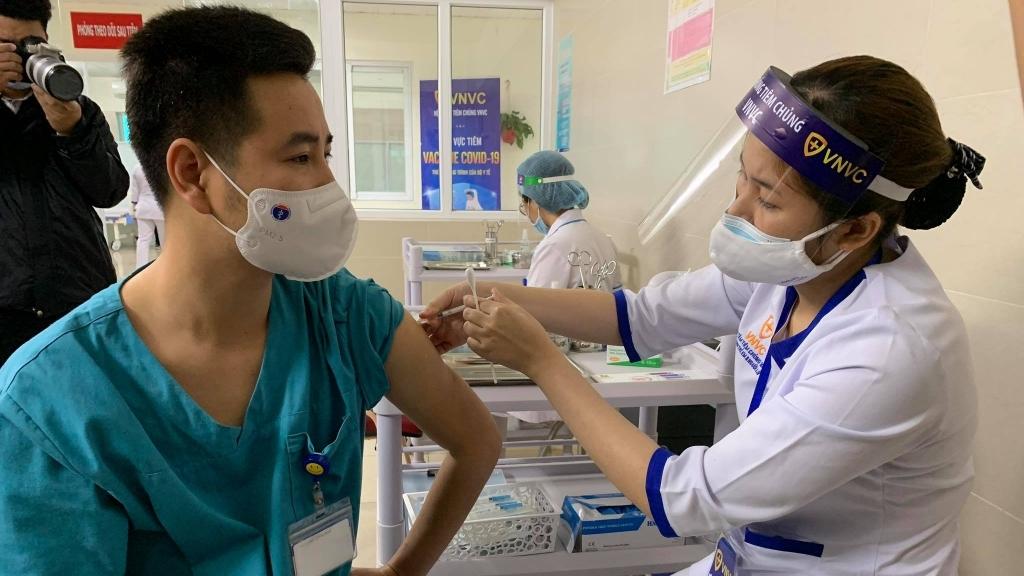 Những nhân viên y tế, bác sĩ đầu tiên của Bệnh viện Thanh Nhàn được tiêm vắc xin Covid-19