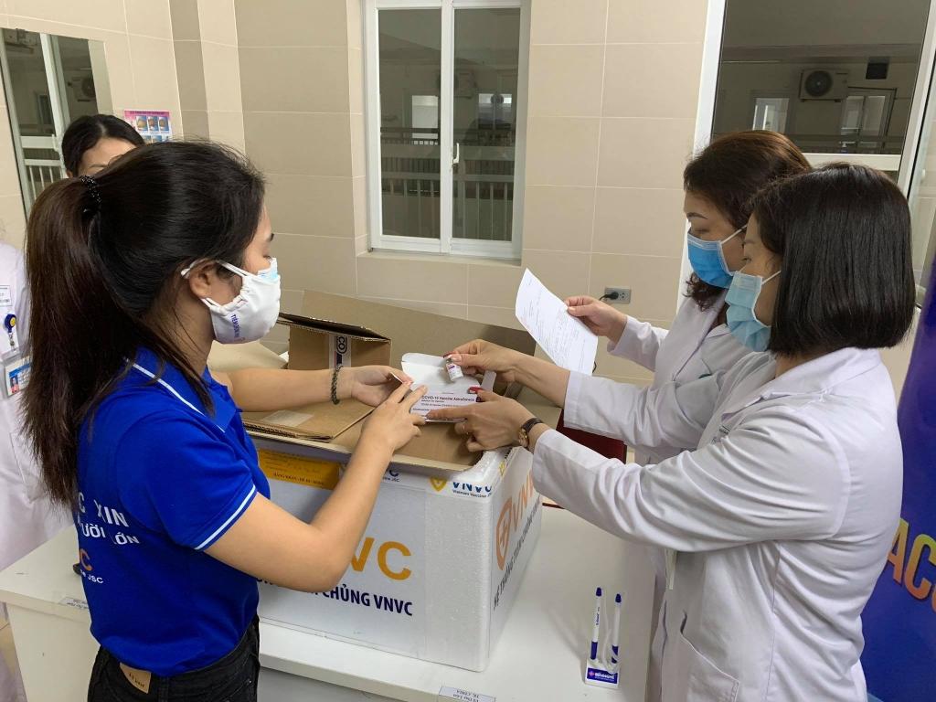 Những hộp vắc xin đầu tiên được chuyển tới Bệnh viện Thanh Nhàn