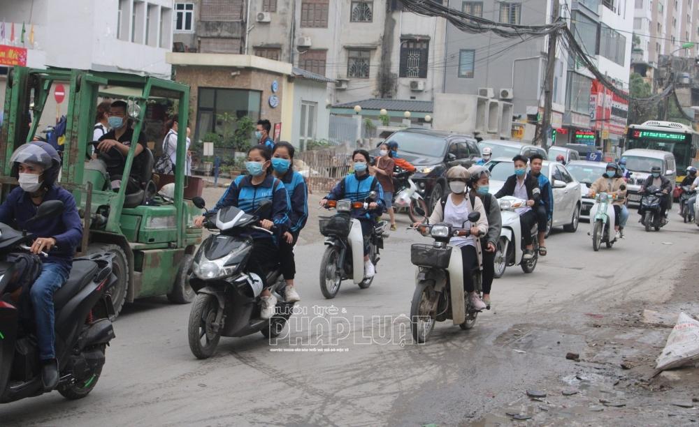 Hà Nội: Học sinh ngang nhiên kẹp ba, đi xe máy không đội mũ bảo hiểm