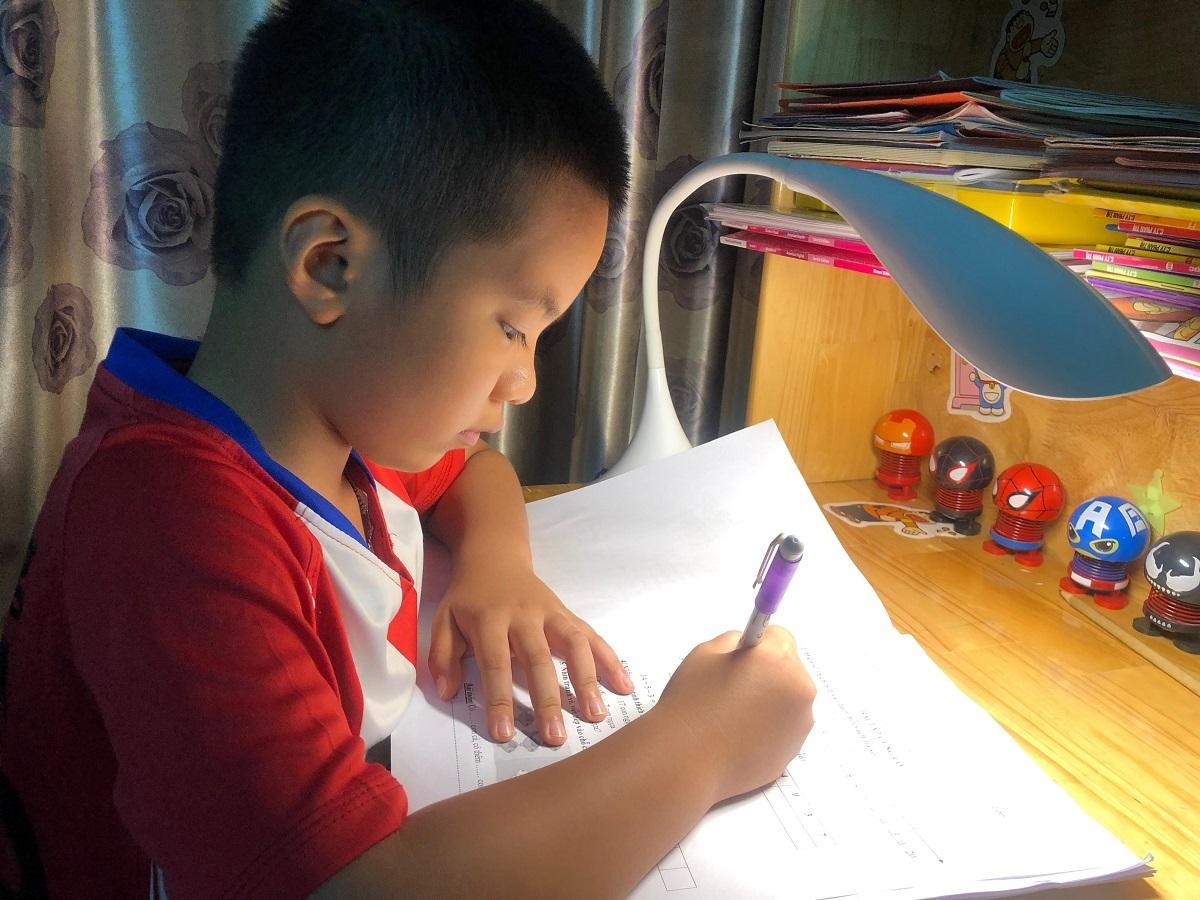Bố mẹ chật vật kèm con học tại nhà
