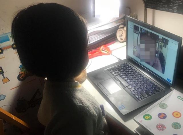 Cô giáo hoảng hồn khi hàng loạt clip sex xuất hiện trong giờ học online