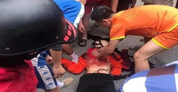 Mâu thuẫn trong khi đá bóng, một nam sinh lớp 9 bị đâm tử vong