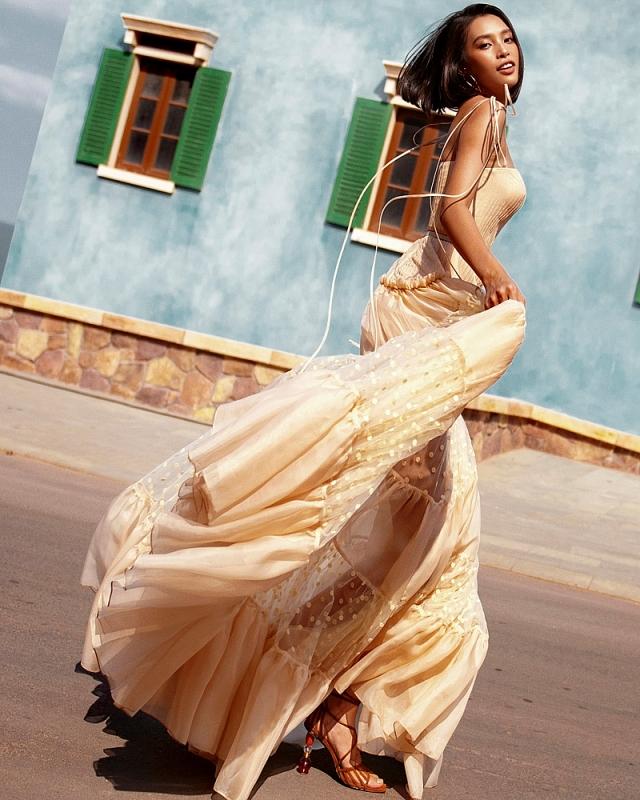 Tiểu Vy khoe làn da rám nắng, tự tin thả dáng trong trang phục chào hè