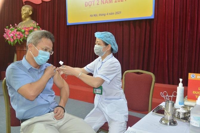 Tiến sĩ Lê Hưng, Trưởng phòng Nghiệp vụ Y - Sở Y tế Hà Nội tham gia tiêm chủng vắc xin Covid-19 đợt 2 năm 2021