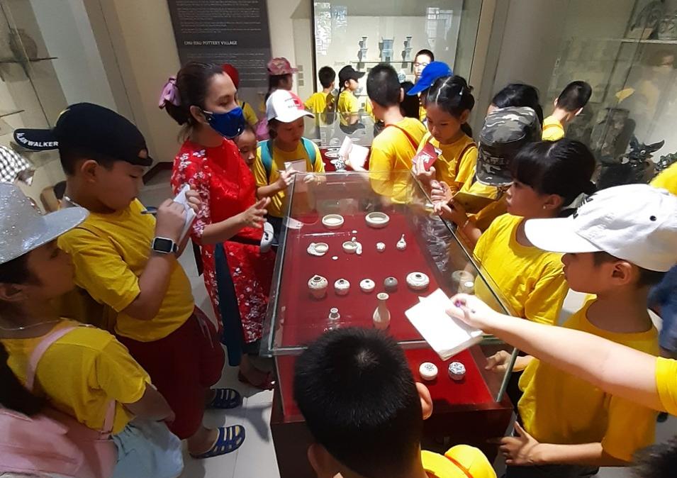 Các em học sinh quan sát hiện vật tại di tích lịch sử Thành Điện Hải