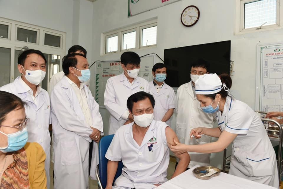 GS.TS Nguyễn Thanh Long- Ủy viên Trung ương Đảng- Bộ trưởng Bộ Y tế kiểm tra công tác  tiêm chủng vắc xin COVID-19 tại Bệnh viện hữu nghị đa khoa Nghệ An