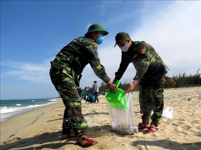 Hoàn tất thu gom chất thải lạ màu đen dạt vào bờ biển Quảng Ngãi