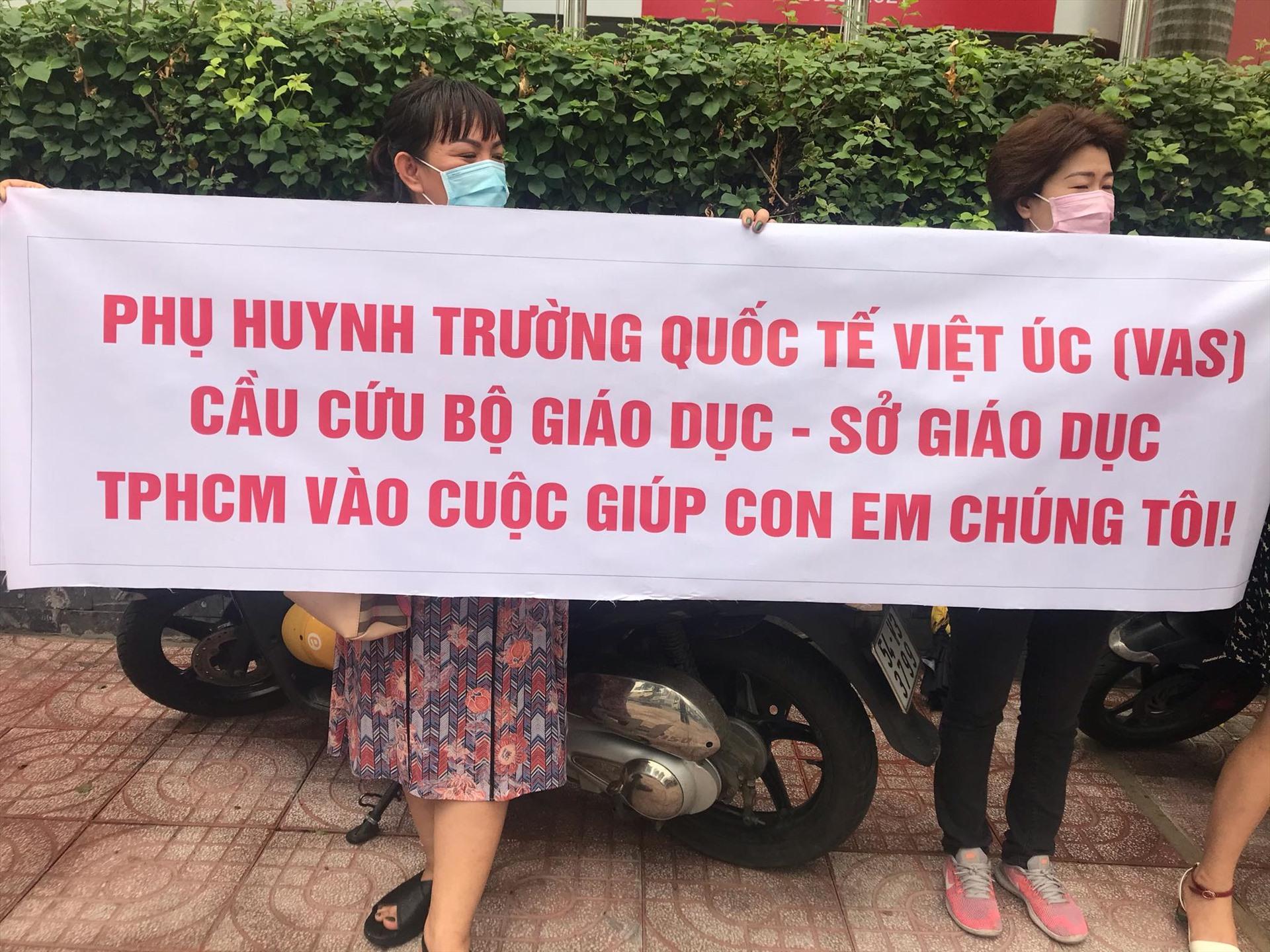phu huynh truong viet uc lan 3 phan doi hoc phi