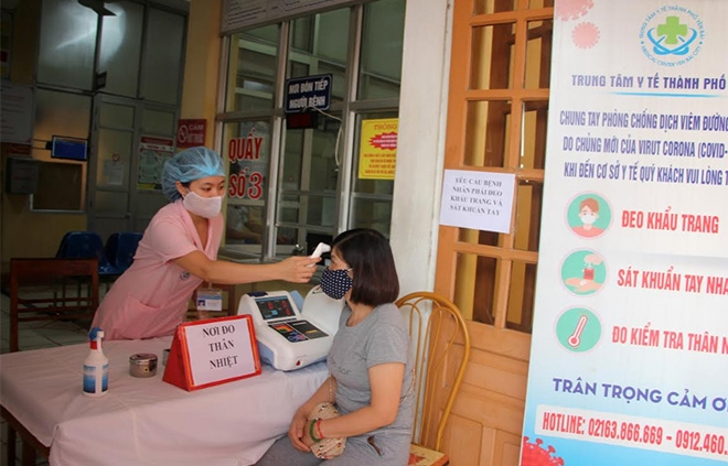 Người dân đến các cơ sở khám chữa bệnh trên địa bàn tỉnh được hướng dẫn rửa tay sát khuẩn, đo thân nhiệt và khai báo y tế.