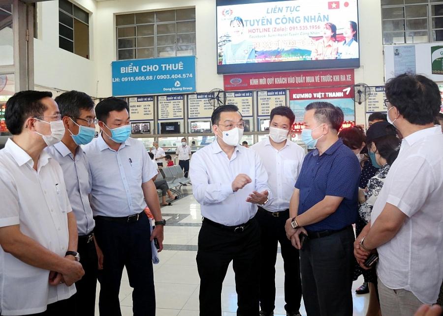 Chủ tịch UBND TP Chu Ngọc Anh kiểm tra công tác phòng chống dịch ở Bến xe Mỹ Đình