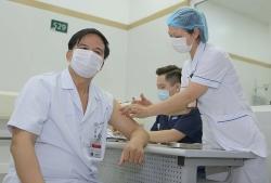 Tiêm vắc xin phòng Covid-19 cho 1.500 nhân viên y tế Bệnh viện Bạch Mai