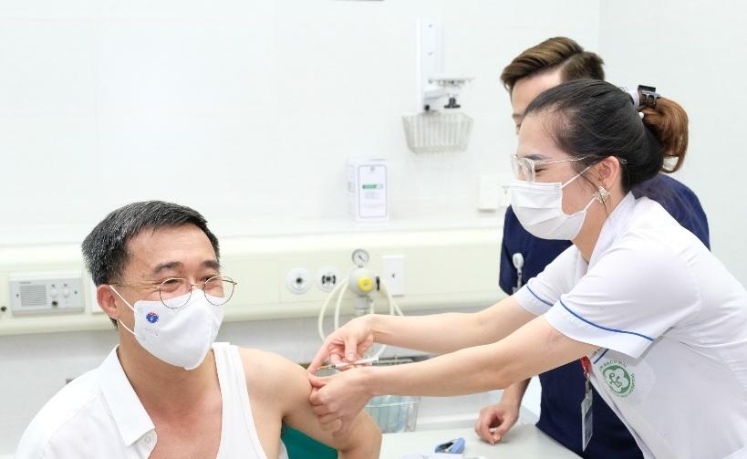 Thứ trưởng Bộ Y tế Trần Văn Thuấn tiêm vắc xin phòng Covid-19 sáng ngày 6/5