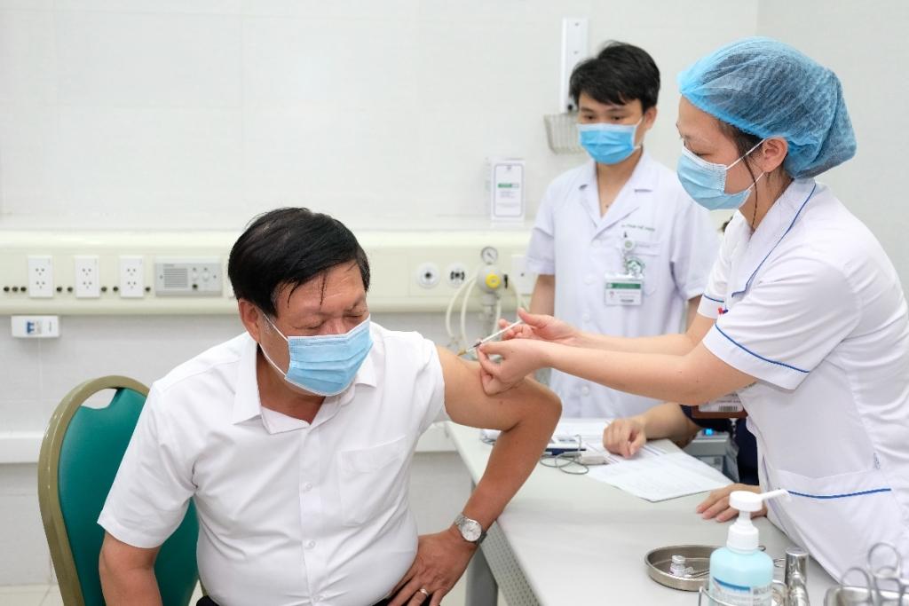 Thứ trưởng Bộ Y tế Đỗ Xuân Tuyên tiêm chủng vắc xin phòng Covid-19 sáng ngày 6/5