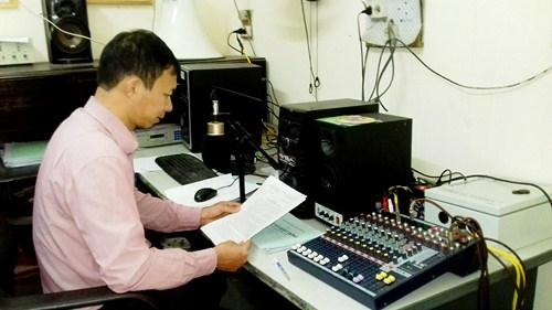 Thu âm chương trình phát thanh hàng ngày tại Đài truyền thanh xã Xuân Sơn (Sơn Tây, Hà Nội)