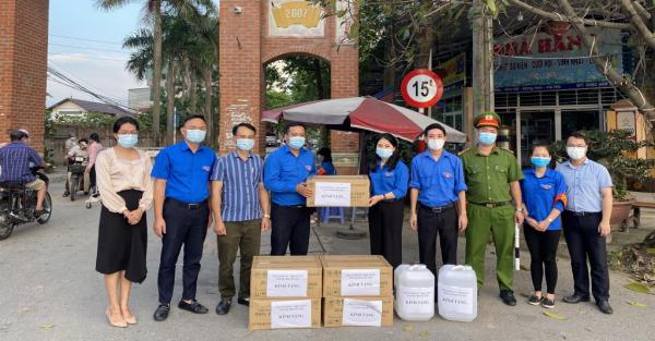 Bí thư Thành đoàn Hà Nội thăm, động viên thanh niên tại chốt kiểm soát dịch