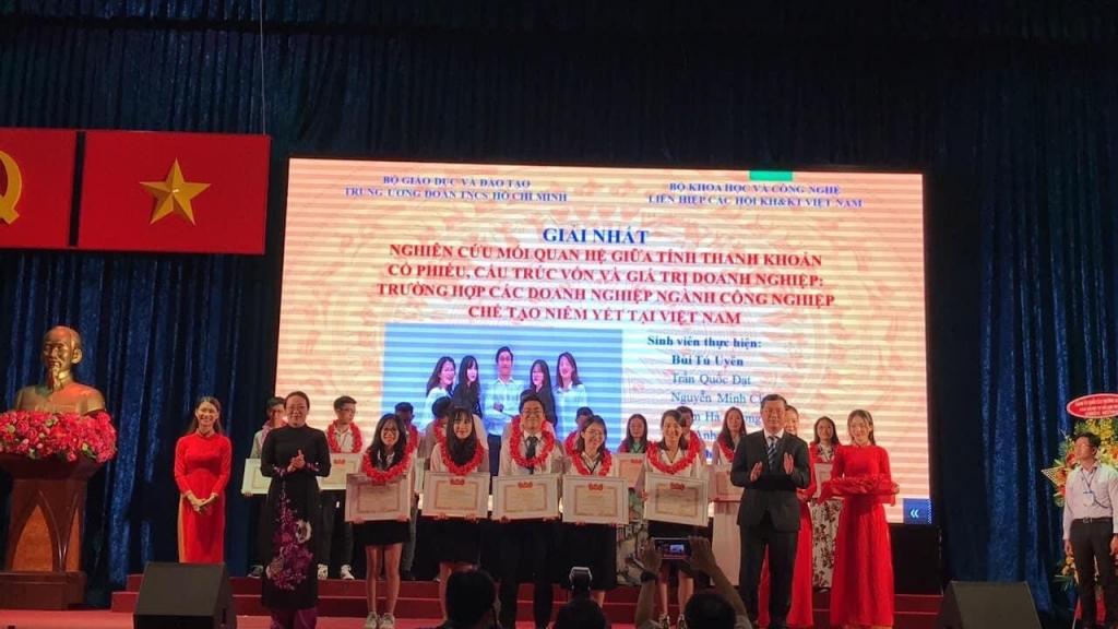 Nhóm sinh viên do Tú Uyên làm trưởng nhóm đón nhận giải Nhất cuộc thi nghiên cứu khoa học cấp Bộ