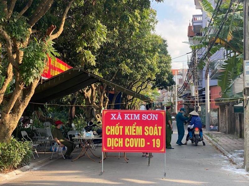 Lực lượng chức năng dựng lều giã chiến, duy trì 8 chốt kiểm soát chặt lối ra vào 4 thôn của xã Kim Sơn để ngăn chặn lây lan dịch Covid-19