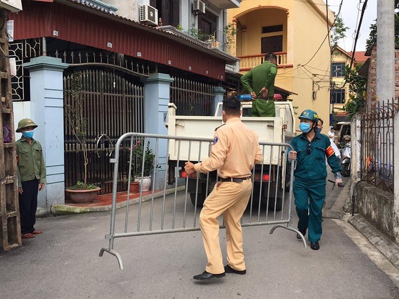 Lực lượng chức năng huyện Gia Lâm phối hợp với xã Kim Sơn nhanh chóng triển khai các chốt kiểm dịch trên địa bàn