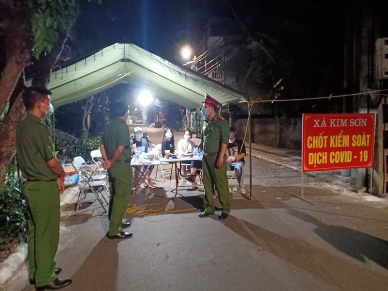 Chỉ huy Công an huyện Gia Lâm đi kiểm tra, động viên cán bộ chiến sỹ làm nhiệm vụ tại các chốt kiểm dịch trong đêm 9 rạng sáng ngày 10/5