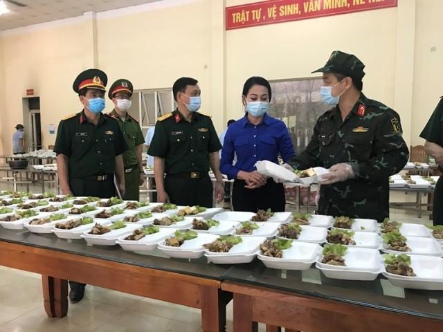 Bí thư Tỉnh ủy Hoàng Thị Thúy Lan kiểm tra chất lượng suất ăn chuẩn bị cung cấp suất ăn cho công dân đang thực hiện cách ly tập trung tại Trường Quân sự tỉnh (cũ).