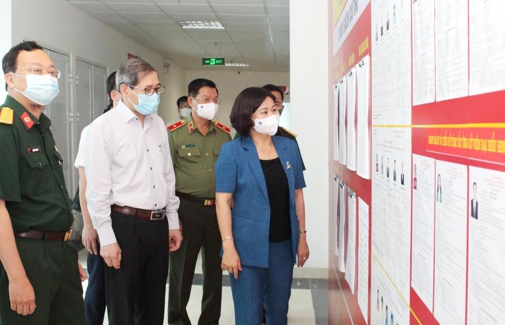 Phó Bí thư Thường trực Thành ủy Nguyễn Thị Tuyến kiểm tra công tác chuẩn bị tại một điểm bỏ phiếu trên địa bàn quận Ba Đình