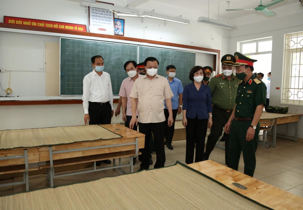 Bí thư Thành ủy Hà Nội Đinh Tiến Dũng kiểm tra khu vực dự phòng cách ly y tế tại Trường Tiểu học Phú Thượng, phường Phú Thượng (quận Tây Hồ)