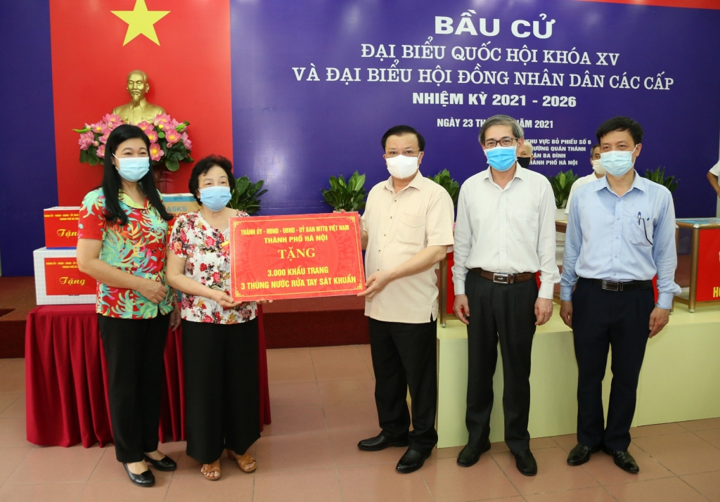 Bí thư Thành ủy Hà Nội Đinh Tiến Dũng trao quà hỗ trợ công tác phòng, chống dịch Covid-19 cho một điểm bầu cử của quận Ba Đình
