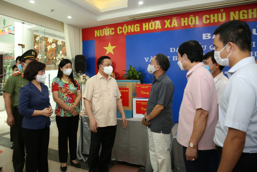 Bí thư Thành ủy Hà Nội Đinh Tiến Dũng tặng quà, động viên lực lượng làm công tác phòng, chống dịch Covid-19 tại phường Phú Thượng, quận Tây Hồ.