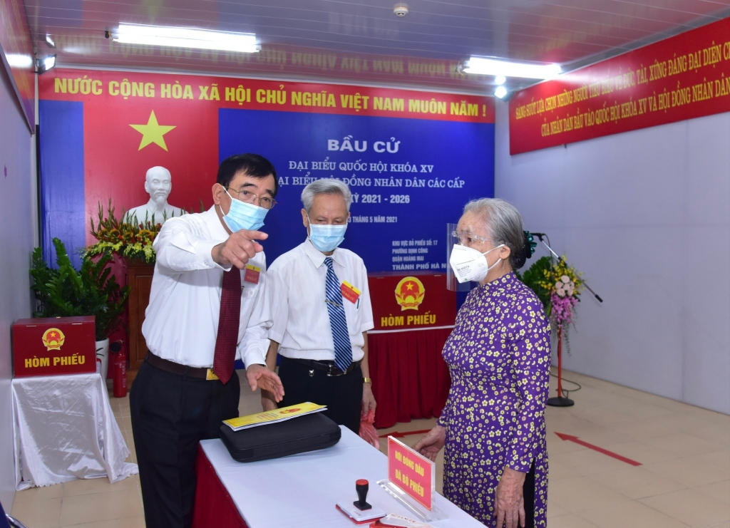 Ban Tổ chức hướng dẫn người dân thực hiện bầu cử