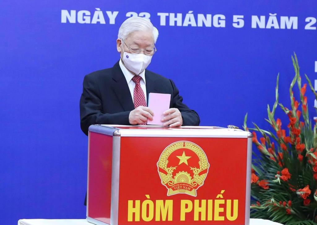 Tổng Bí thư Nguyễn Phú Trọng bỏ phiếu tại Khu vực bỏ phiếu số 4 (58 Nguyễn Du, Hai Bà Trưng, Hà Nội) thuộc đơn vị bầu cử số 1 TP Hà Nội