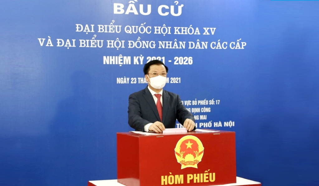 Bí thư Thành ủy Đinh Tiến Dũng bỏ phiếu bầu cử tại phường Định Công, quận Hoàng Mai