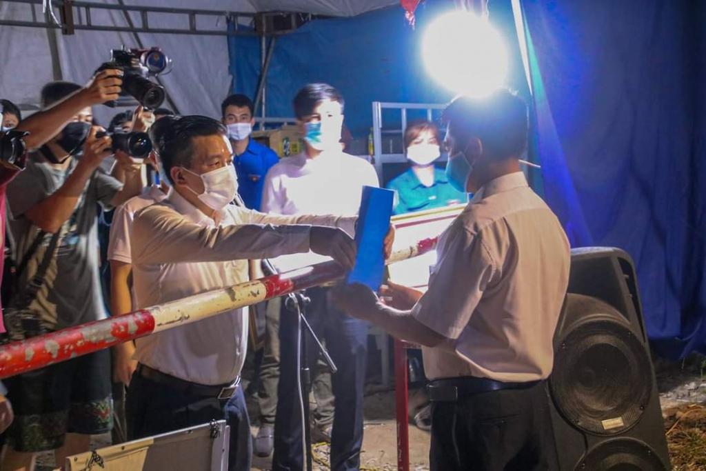 Trưởng thôn Nguyễn Hữu Phan được đại diện nhân dân trong thôn nhận quyết định rút chốt