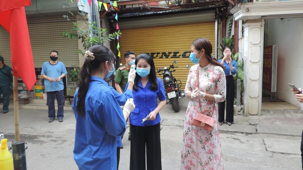 Thanh niên tình nguyện phường Ngọc Khánh tích cực thực hiện nhiệm vụ tại điểm bỏ phiếu