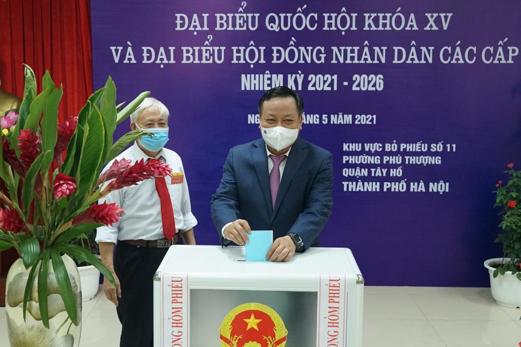Phó Bí thư Thành ủy Hà Nội Nguyễn Văn Phong bỏ phiếu bầu cử tại quận Tây Hồ
