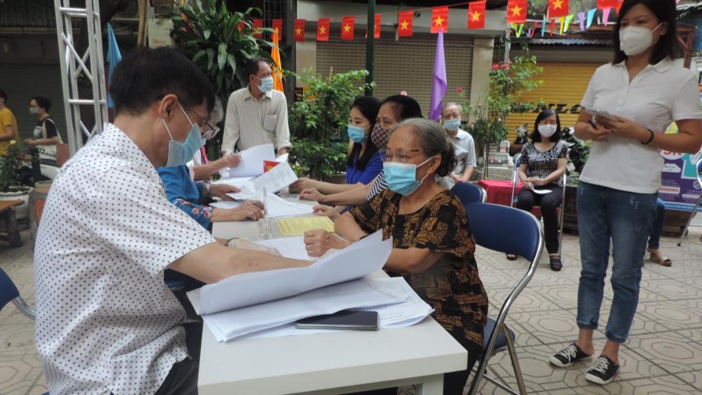 Đông đảo người dân tới bỏ phiếu từ sớm