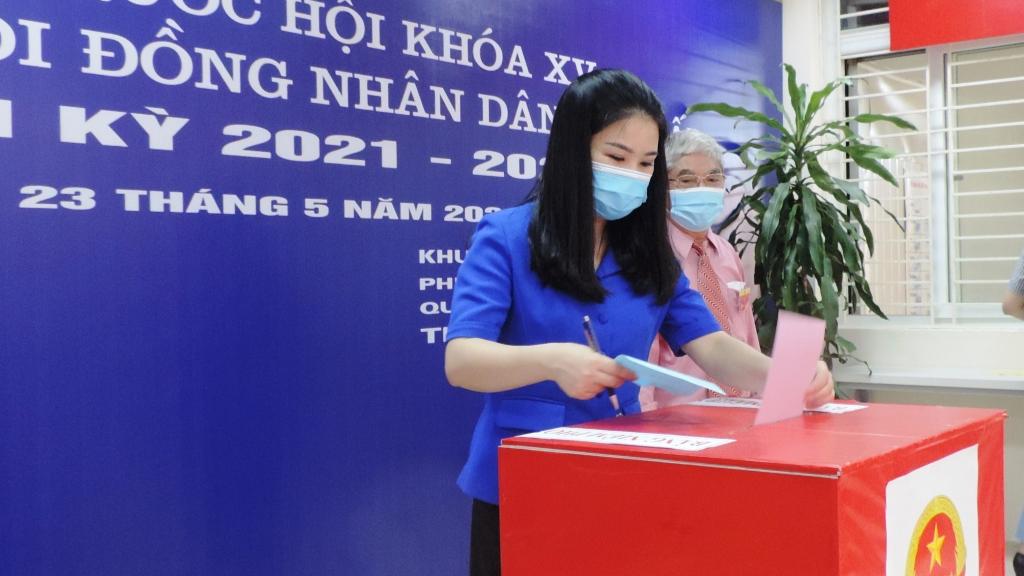Đồng chí Chu Hồng Minh, Ủy viên Ban Thường vụ Trung ương Đoàn, Thành ủy viên, Bí thư Thành đoàn Hà Nội  bỏ phiếu bầu cử tại phường Ngọc Khánh