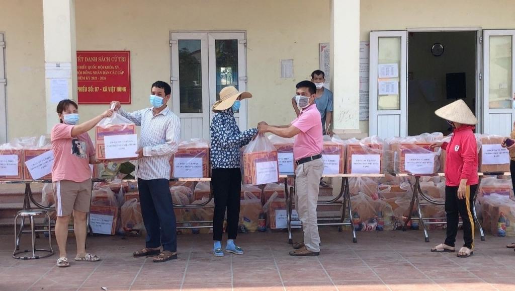 Trưởng thôn Nguyễn Hữu Phan (Ngoài cùng bên phải) thay mặt các nhà hảo tâm trao quà cho người dân