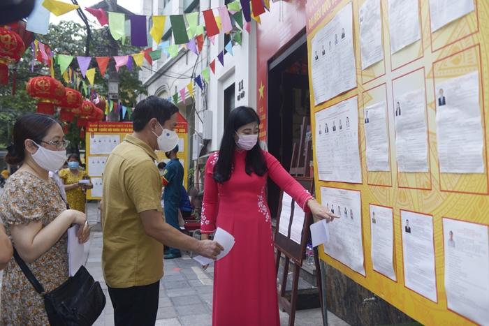 Chủ tịch Ủy ban MTTQ Việt Nam TP Hà Nội Nguyễn Lan Hương bỏ phiếu tại phường Hàng Buồm