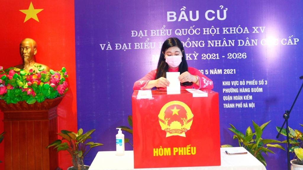 Chủ tịch Ủy ban MTTQ TP Hà Nội Nguyễn Lan Hương bỏ phiếu tại phường Hàng Buồm