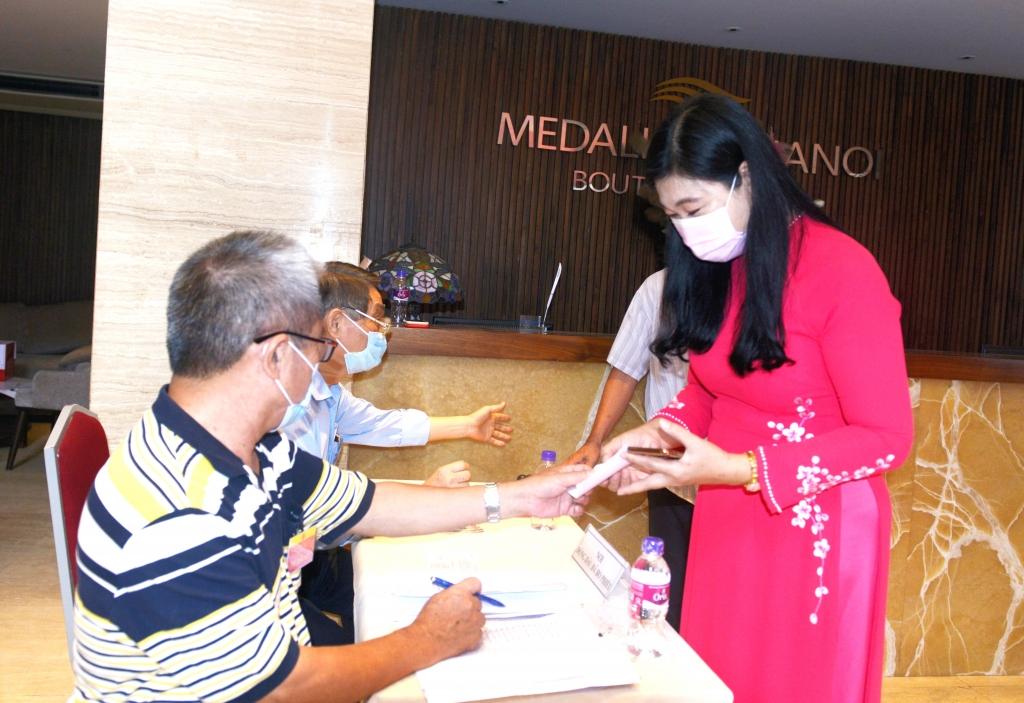 Chủ tịch Ủy ban MTTQ TP Nguyễn Lan Hương nhận phiếu cử tri