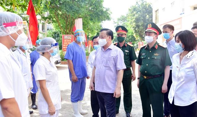 Bí thư Thành ủy Đinh Tiến Dũng thăm, động viên các lực lượng làm nhiệm vụ tại khu cách ly Trung tâm Giáo dục quốc phòng và an ninh (Đại học Quốc gia Hà Nội, cơ sở tại huyện Thạch Thất)