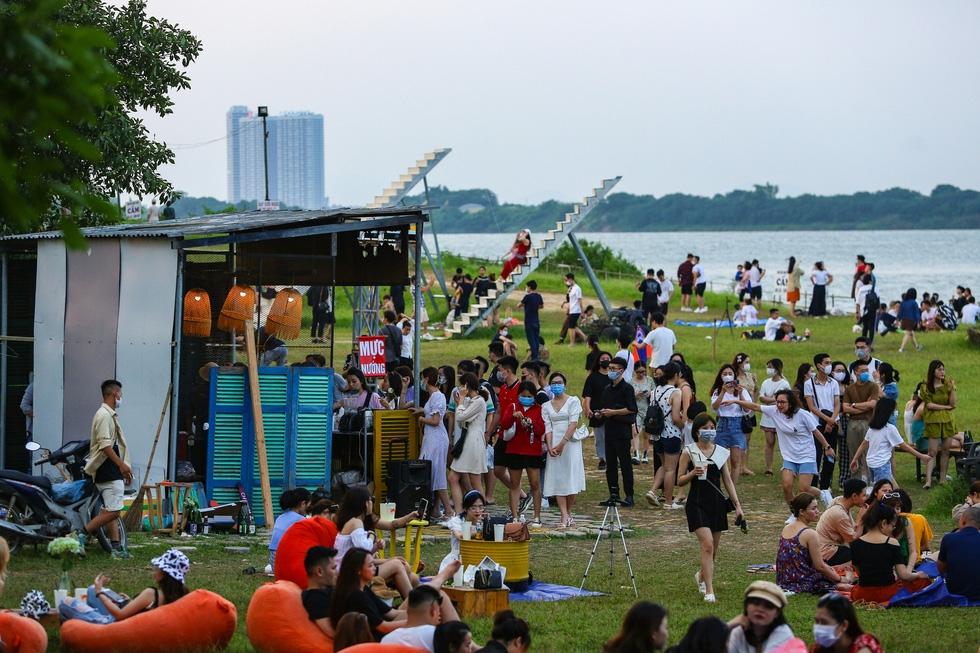 Hàng trăm người đổ đến bãi đá sông Hồng vui chơi bất chấp quy định phòng, chống dịch Covid-19 (ảnh internet)