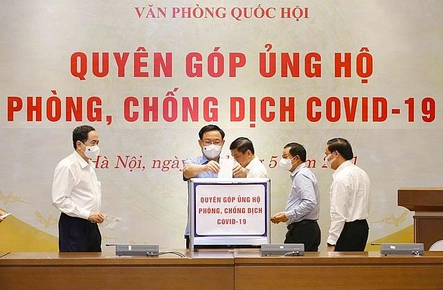 Các Ủy viên UB Thường vụ Quốc hội đóng góp ủng hộ công tác phòng chống dịch Covid-19.