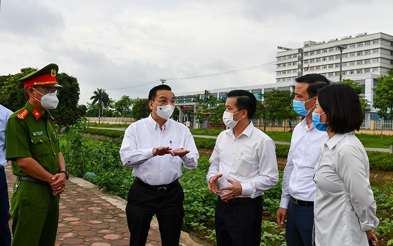 Chủ tịch UBND TP Hà Nội Chu Ngọc Anh kiểm tra công tác chống dịch.